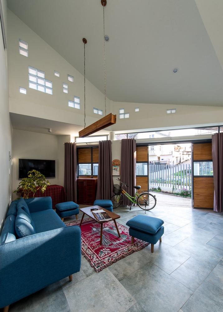 Tầng 1 của ngôi nhà gồm hành lang, phòng khách, khu bếp, 2 phòng ngủ và nhà vệ sinh.
