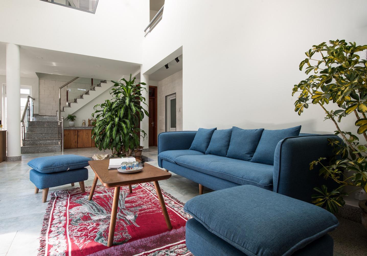 Ở giữa phòng khách, cây xanh được đặt thêm để tạo cảm giác mát mẻ.