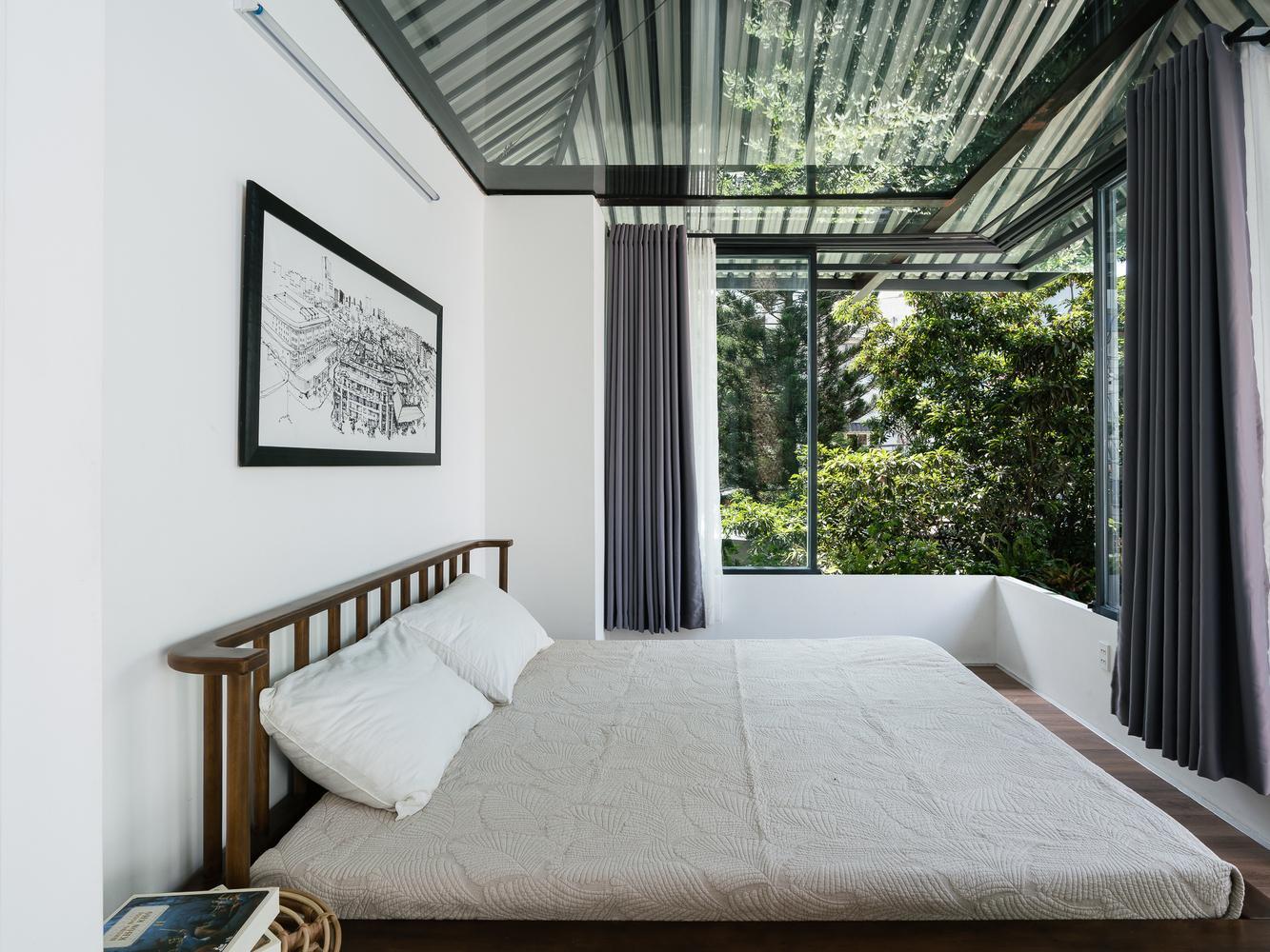 Phòng ngủ với chiếc cửa sổ rộng đón nắng