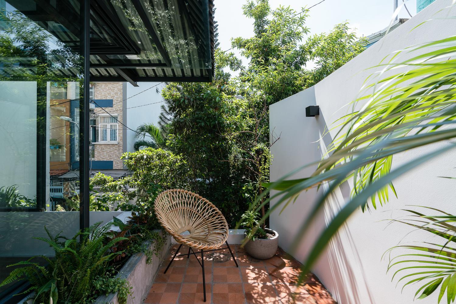 Ngôi nhà được bao quanh bởi bức tường cao, đảm bảo không gian riêng tư bên trong.