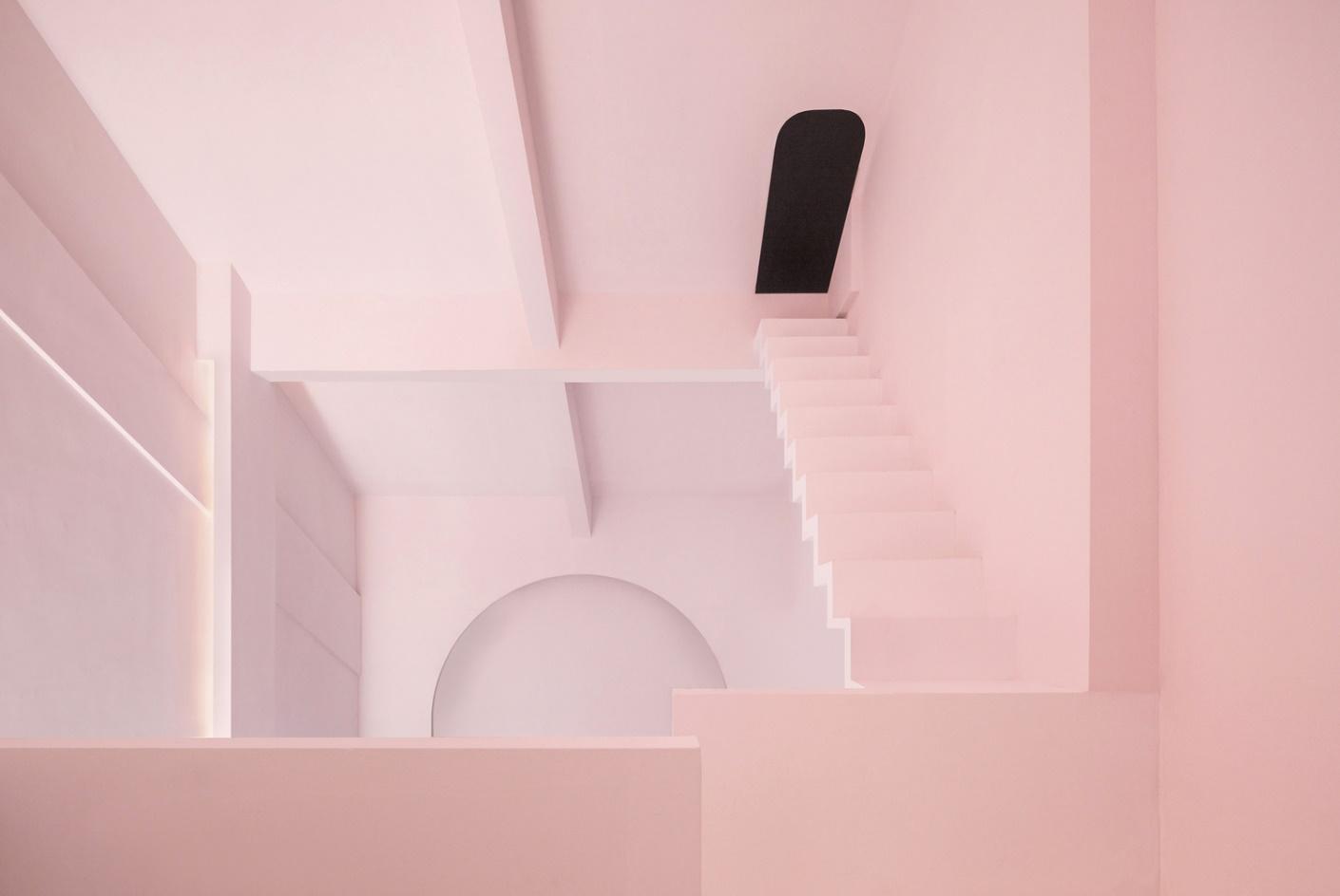 Những ô thoáng có hình cánh cửa khiến không gian càng thêm phần trừu tượng.