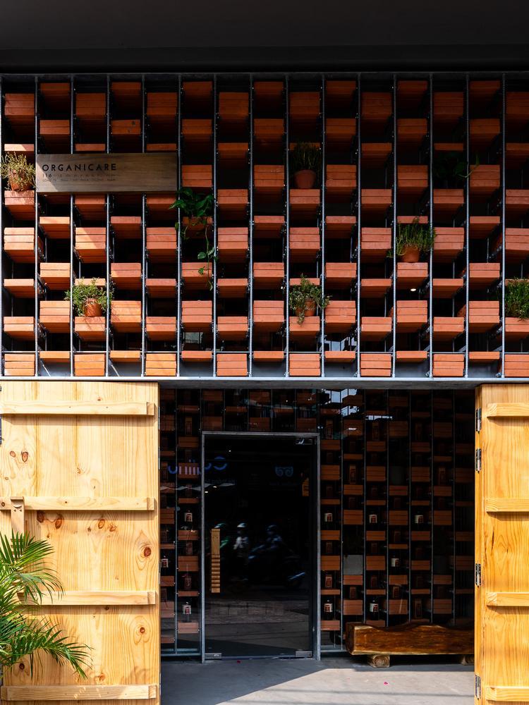 Nhóm kiến trúc sư đã thiết kế những bức tường gạch kết hợp khung sắt để làm nơi trưng bày sản phẩm.