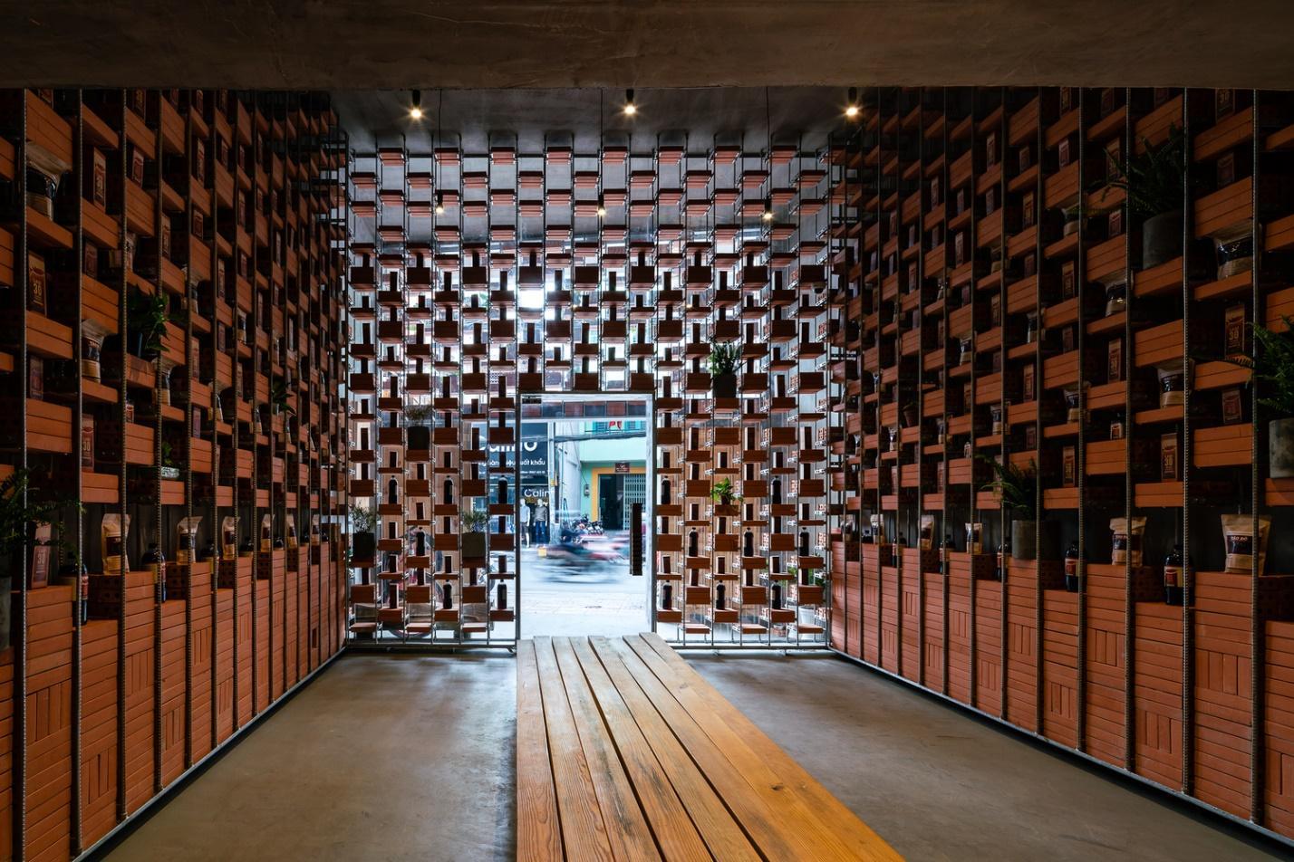Các bức tường ở tầng 1 được lấp đầy bởi nước mắm và các sản phẩm hữu cơ.