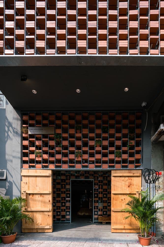 Sau cải tạo, cửa hàng mang lối kiến trúc độc đáo, có một không hai này được tạp chí Archidaily của Mỹ ca ngợi là không gian tôn vinh giá trị nước mắm truyền thống của Việt Nam.