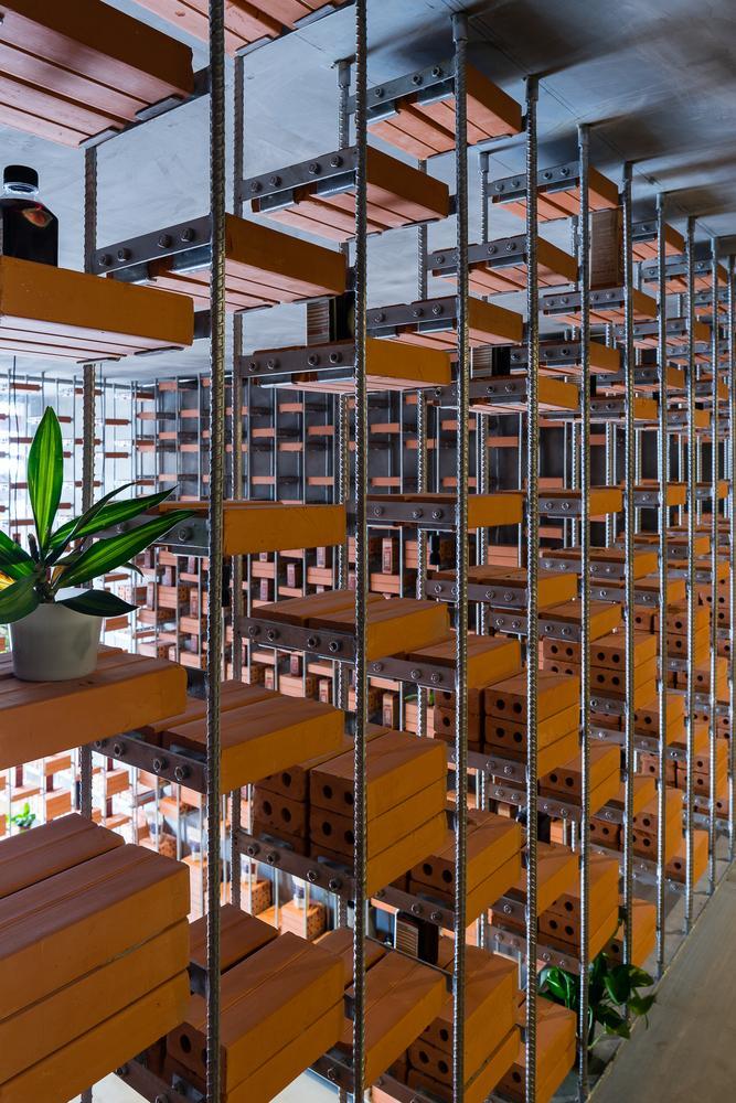 Nhóm kiến trúc sư đã thiết kế những bức tường gạch kết hợp khung sắt để làm nơi trưng bày sản phẩm.Sản phẩm được bày trên các bức tường giúp không gian tham quan, mua hàng trở nên rộng rãi.