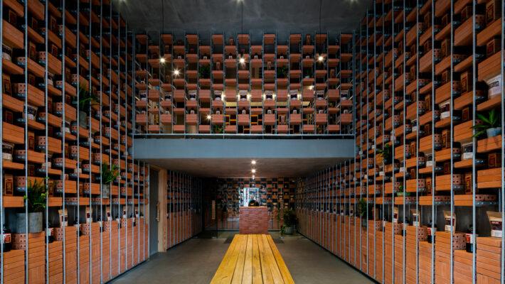 """Lối kiến trúc """"độc nhất vô nhị"""" của một cửa hàng bán nước mắm ở giữa lòng Sài gòn"""