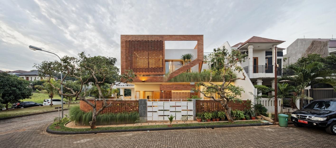 Bao quanh ngôi nhà là bức tường gạch có hiệu ứng thẩm mỹ cao.