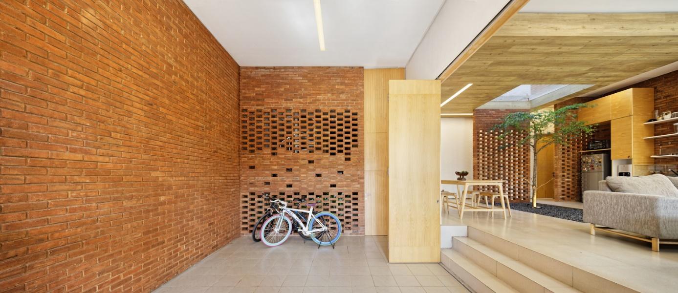 Bức tường gạch tạo cảm giác ấm cúng, vừa cổ điển vừa sang trọng.