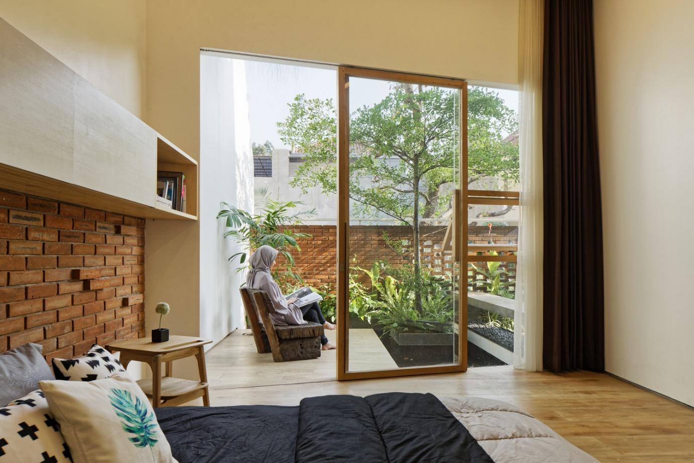 Không gian xanh nhìn từ phòng ngủ ở tầng 1 của ngôi nhà.