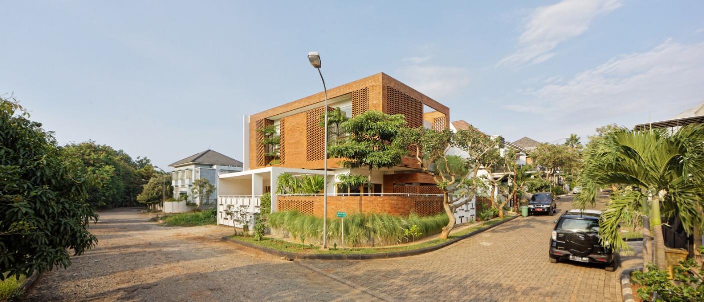 Ngôi nhà gạch ở Indonesia gây ấn tượng mạnh mẽ với phong cách hòa mình cùng thiên nhiên