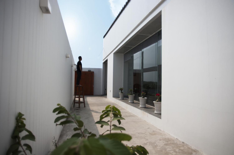 Khoảng sân rộng cách tường bao, có thể trồng thêm cây leo hoặc cây bóng mát.