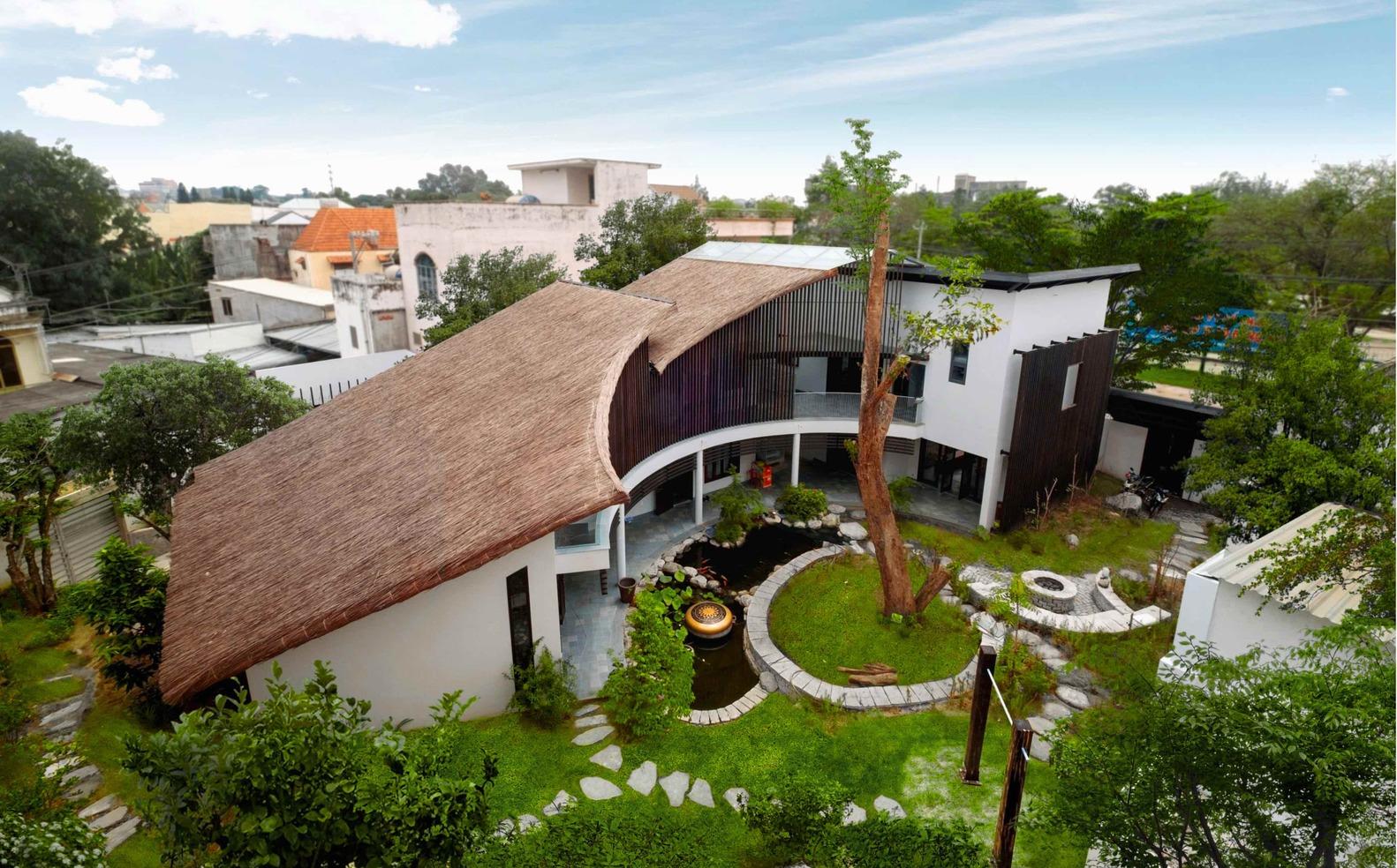Đáp ứng nguyện vọng của chủ nhà về một không gian gợi nhớ kỷ niệm cũ, các kiến trúc sư đã dựng ngôi nhà mới 2 tầng với đầy đủ tiện nghi nhưng vẫn giao hòa với thiên nhiên