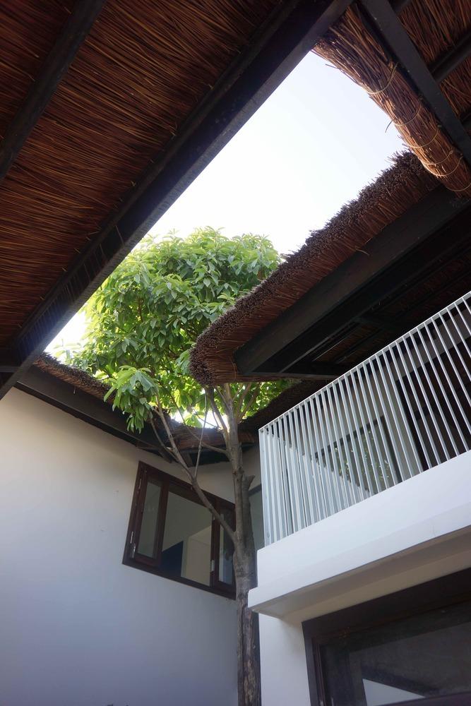 Ngôi nhà kế thừa nét kiến trúc dân gian với các thớt mái lá rộng, khoảng hiên nép dưới mái lá