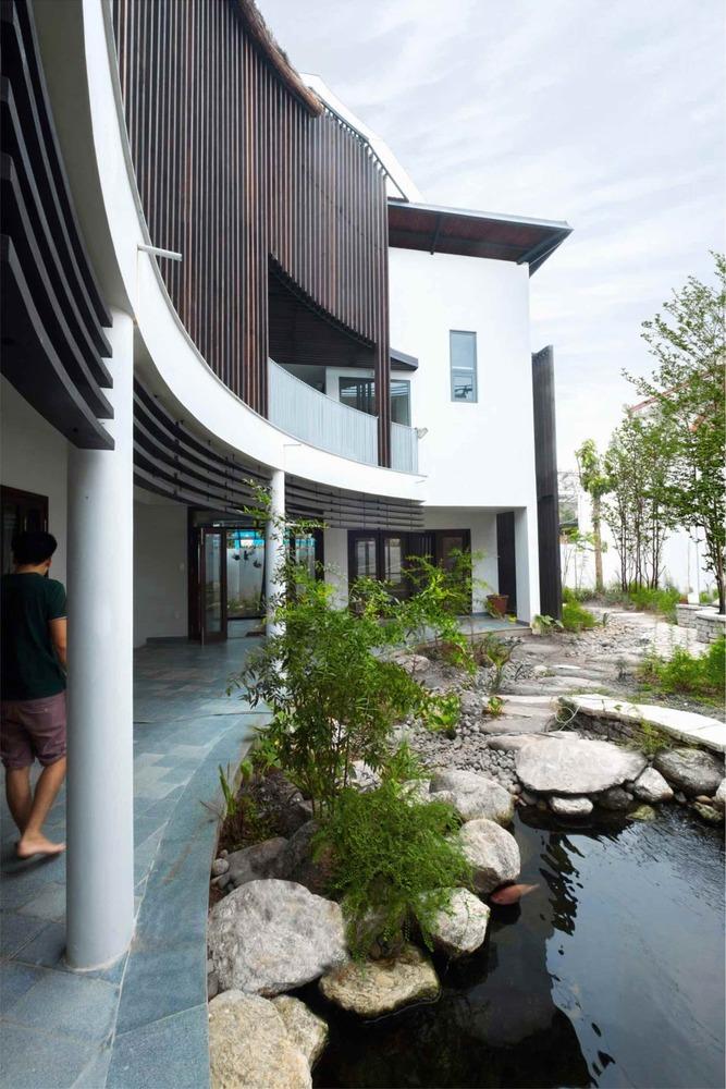Chủ nhà muốn dành những khoảng đất nhỏ để nuôi cá, có khu vườn xanh mát, sân trong, giếng nước