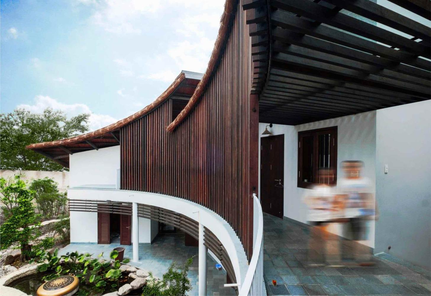 Với thiết kế gỗ chạy dọc hành lang, không gian trở nên sang trọng nhưng vẫn có nét truyền thống, cổ kính