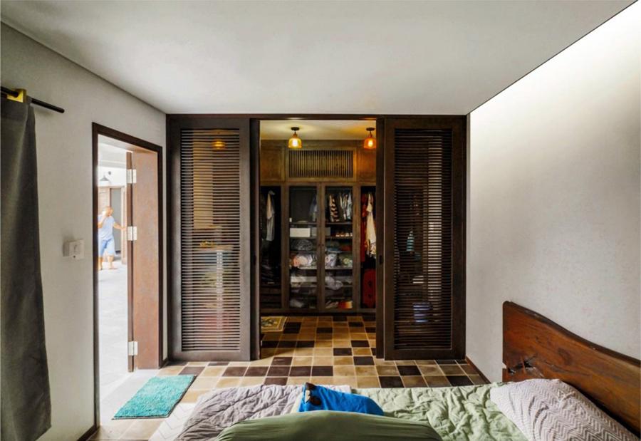 Sàn gạch hoa với tông màu ngẫu hứng, đầu giường sử dụng gỗ mộc hay các bức vách dạng cửa chớp khiến phòng ngủ có cảm giác gần gũi, thân thuộc