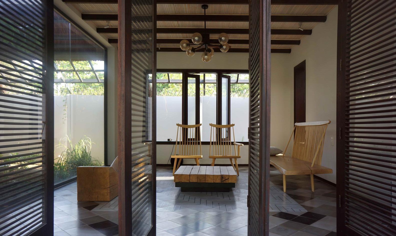 Công trình với những hình ảnh vừa quen vừa lạ, vừa dân gian, vừa hiện đại. Ngôi nhà như một gợi ý cho việc kế thừa những giá trị kiến trúc cốt lõi từ nông thôn