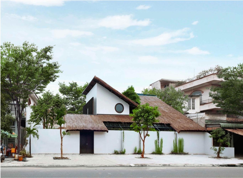 Nhà được xây dựng trên nền đất 440 m2 có kiến trúc nổi bật so với các công trình xung quanh.