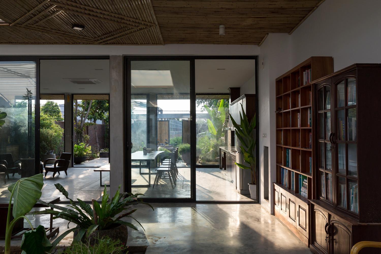 Khu vực vườn cũng như đọc sách phía sau căn bếp