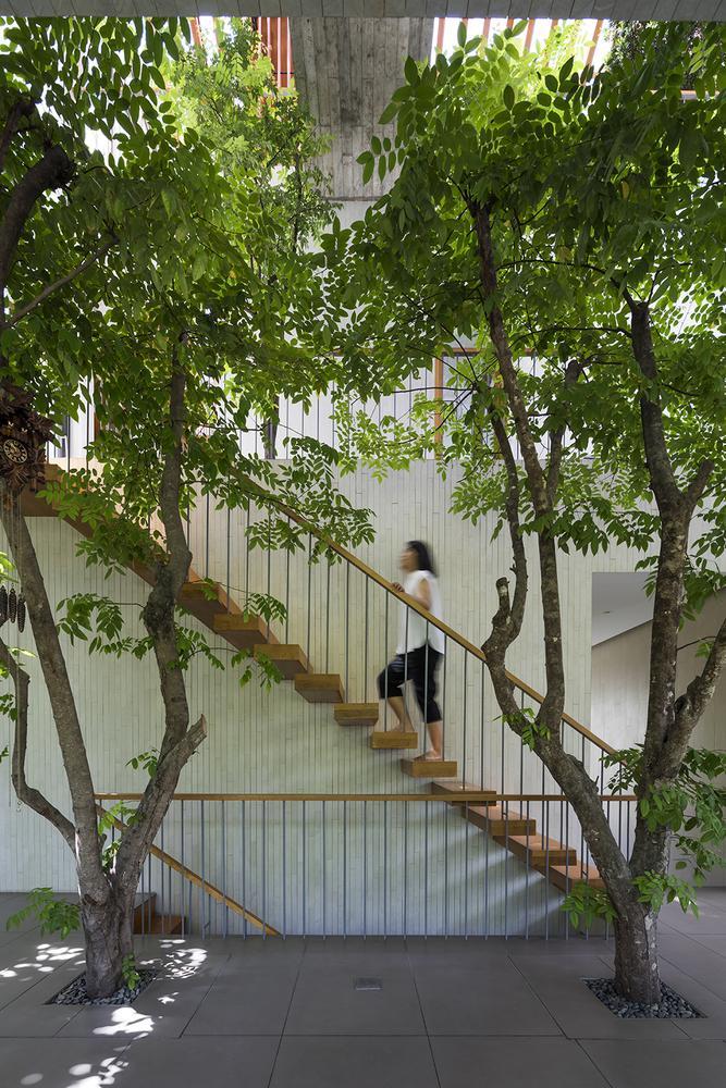 Cầu thang được thiết kế đơn giản, gần gũi.