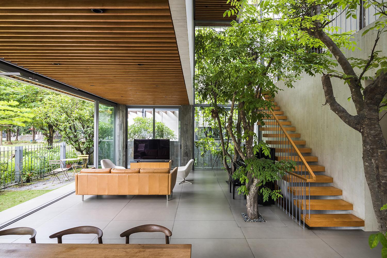Tầng một của ngôi nhà được thiết kế theo lối mở, ngập tràn ánh sáng tự nhiên nhờ khoảng thông tầng lớn và hệ thống cửa kính.