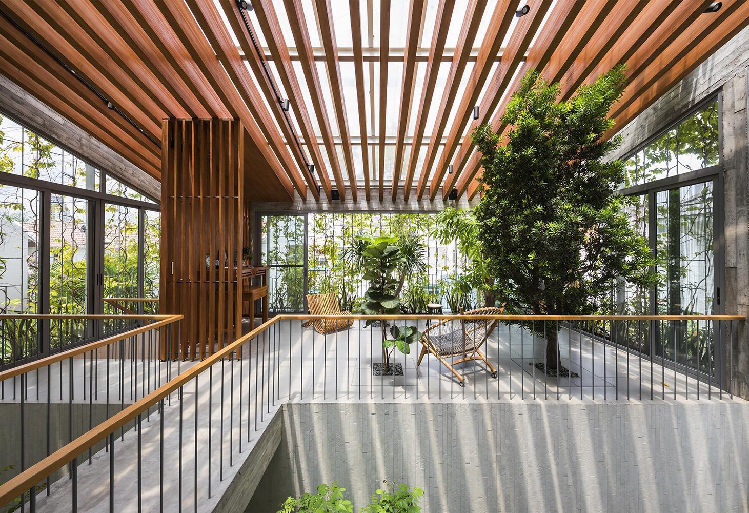 Khoảng trời rộng ở giữa nhà để cho ánh sáng và gió có thể chan hòa. Không gian này để cho gió tự do trong ngôi nhà thoáng đãng, nắng long lanh làm xanh lên những khoảnh cây giữa các tầng.