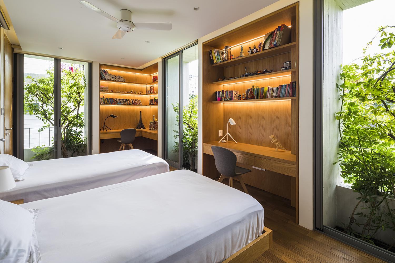 Phòng ngủ tuy nhỏ nhưng được thiết kế mở đan xen với cây xanh, mỗi khi thức dậy chủ nhà có thể mở cửa để ngắm hoa lá, tận hưởng khí trời.