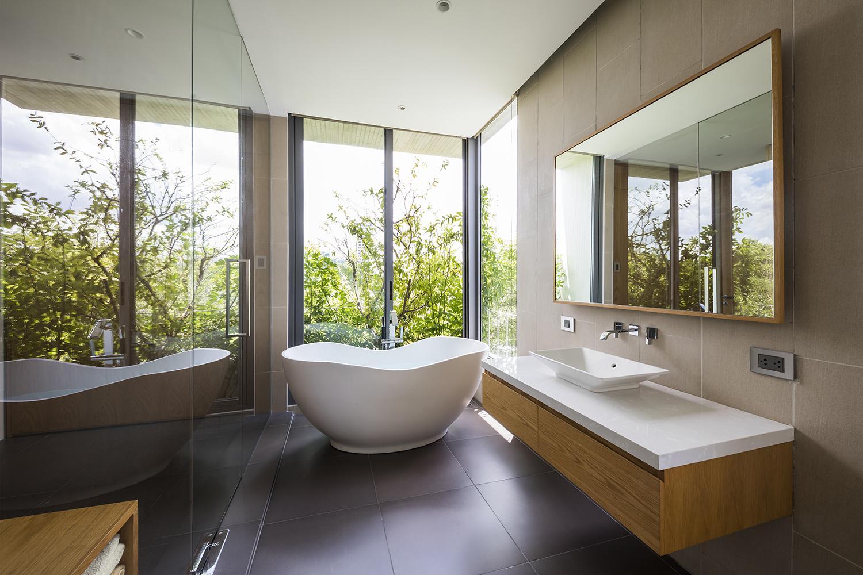 Phòng tắm sang trọng, đơn giản cũng không thiếu cây xanh, với tầm nhìn rộng mở, thoáng đãng giúp chủ nhân thư giãn sau ngày dài làm việc mệt nhọc.