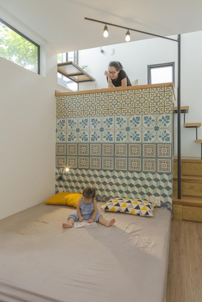 Phòng ngủ chính vô cùng rộng rãi với bức tường hoạ tiết nổi bật