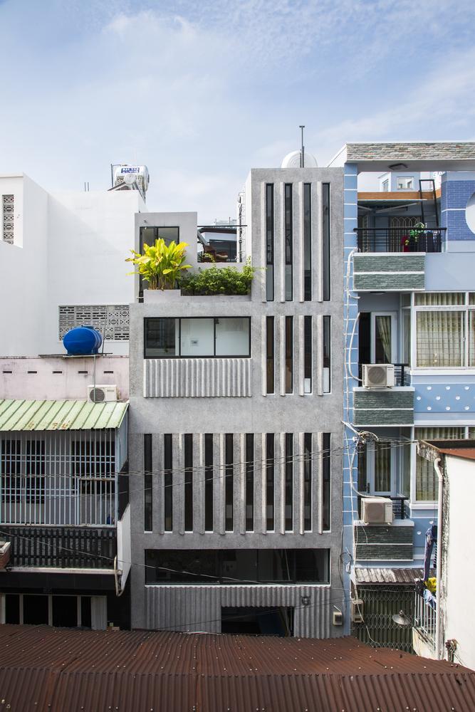 """Toàn cảnh ngôi nhà """"tí hon"""" từ góc nhìn bên ngoài"""