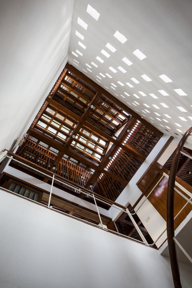Tầng mái bằng gỗ có thể nhìn thấy từ tầng 1, khoảng không gian thẳng đứng này đóng vai trò thông gió từ tầng 2, tầng 3 lên khu vực cao nhất của ngôi nhà