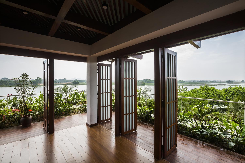Ngôi nhà có lối thiết kế gần gũi với thiên nhiên. Nhiều cây xanh và gần hồ nước là những ưu thế nổi bật của công trình này