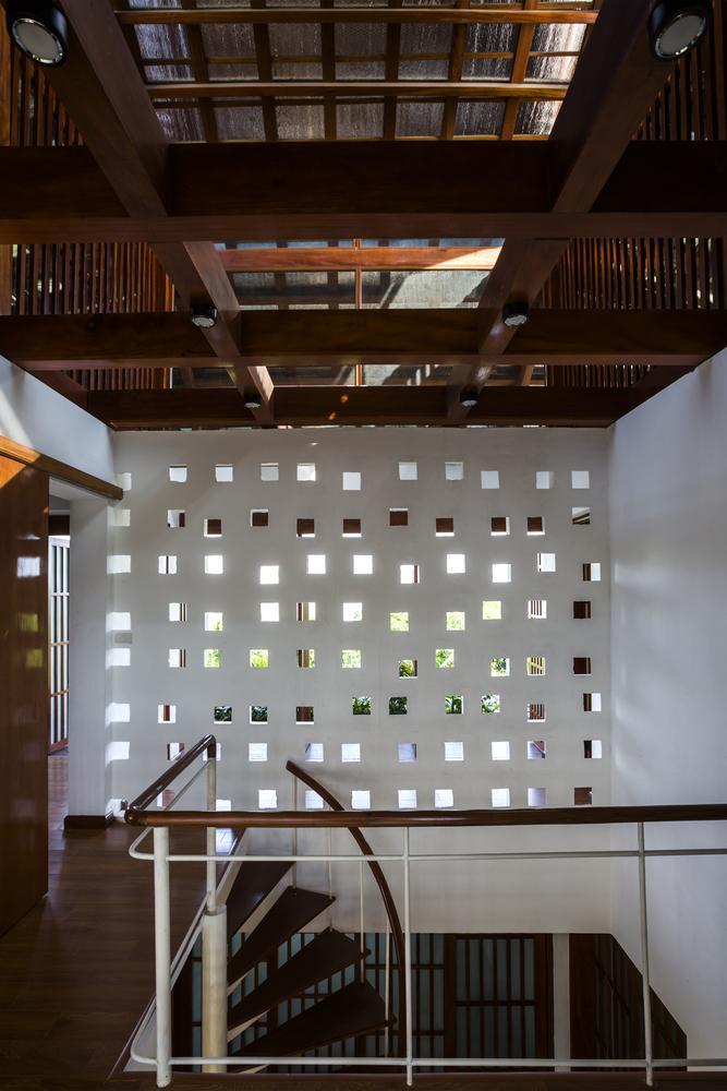 Các ô thoáng được sử dụng vừa mang hiệu quả thẩm mỹ, vừa cung cấp ánh sáng và gió tự nhiên.