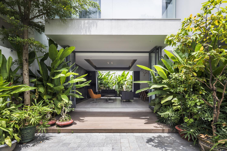 Ấn tượng biệt thự rộng lớn nằm gọn trong khuôn viên tràn ngập cây xanh