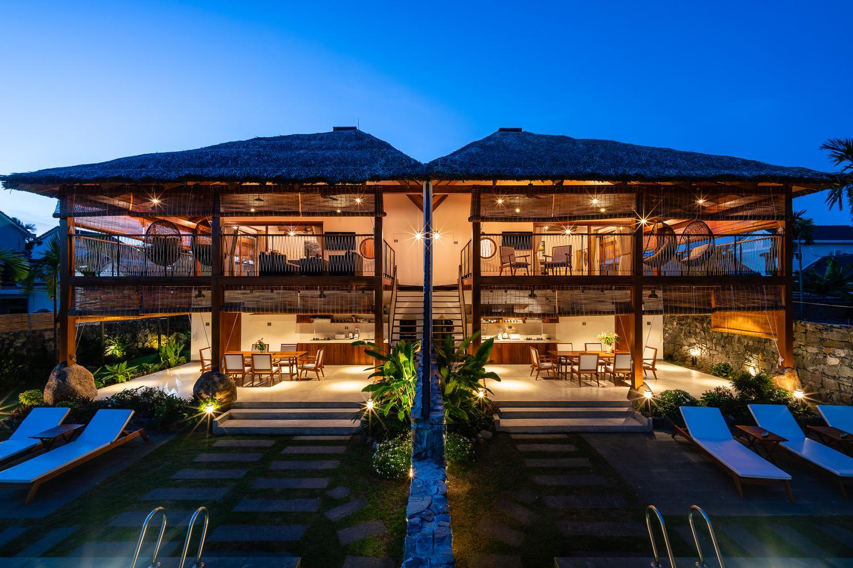 Biệt thự song lập M Villa được xây dựng trên khu đất 600 m2. Công trình có cấu trúc giống với nhà sàn, tầng 1 được thiết kế thoáng đãng, hạn chế sử dụng tường ngăn.