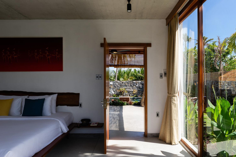 Phòng ngủ ở tầng 1 kết nối với bể bơi. Không gian bên trong mỗi phòng ngủ được bài trí đơn giản, mang lại cảm giác thư thái, nhẹ nhàng.