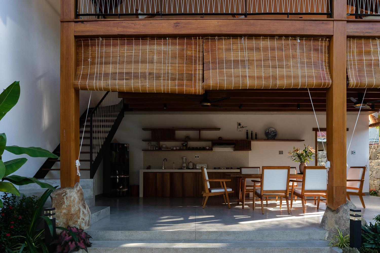 Căn biệt thự có cấu trúc giống với nhà sàn, tầng 1 được thiết kế thoáng đãng, hạn chế sử dụng tường ngăn.