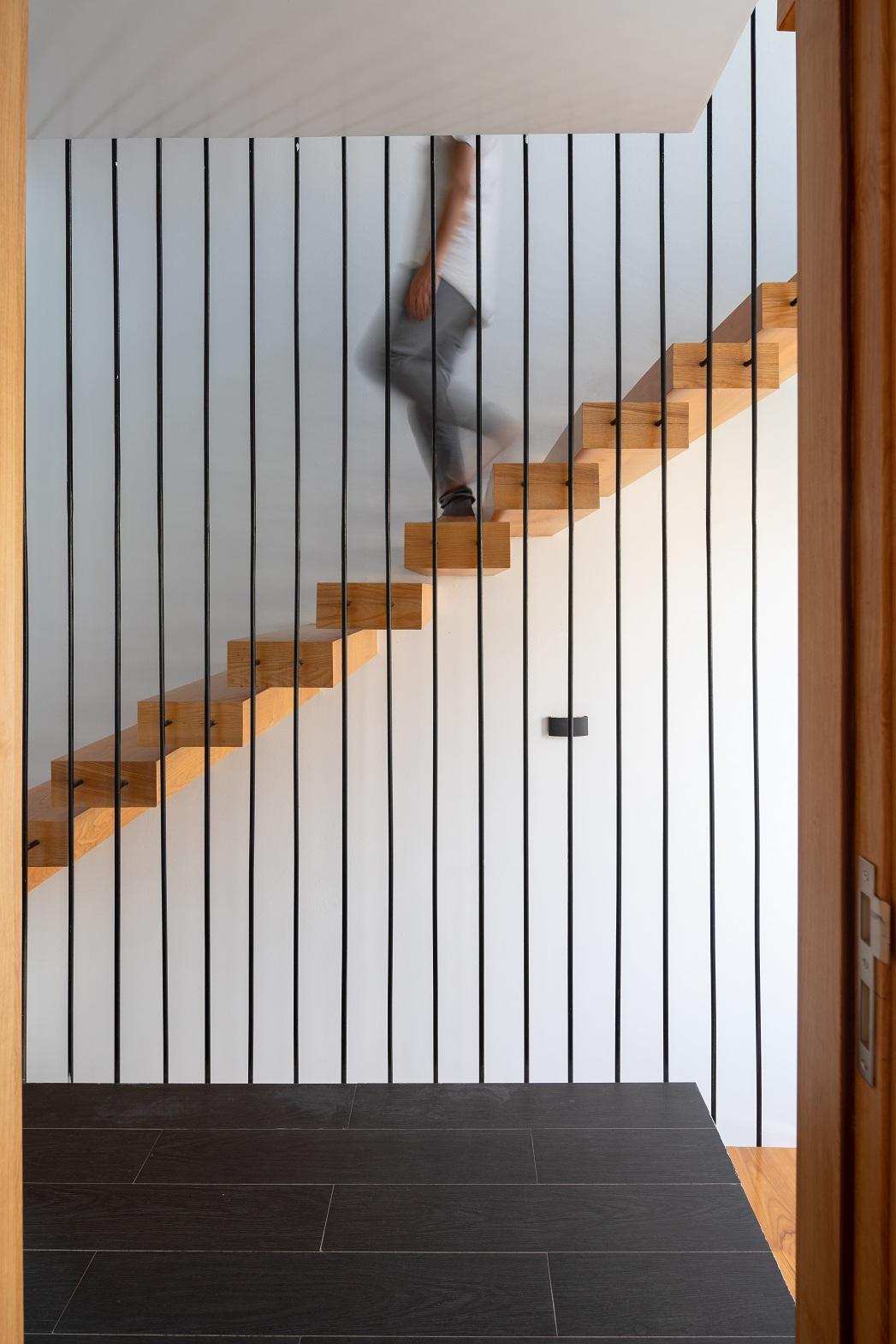 Cầu thang ở phía trước nhà giúp lấy thêm nhiều ánh sáng.